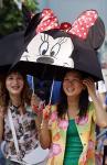 图文:游客打着米老鼠造型的阳伞游玩
