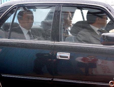 图文:日本代表团团长乘车离开首都国际机场