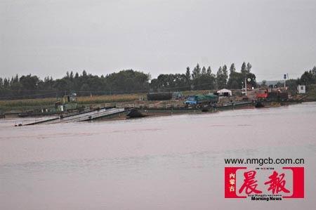 内蒙古一座黄河浮桥断裂两辆拉煤车掉入河中
