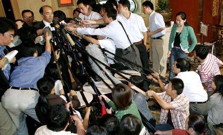 图文:日本代表团团长回答记者们的提问