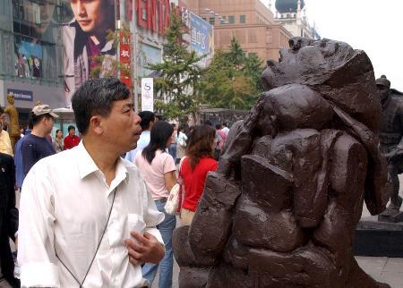 组图:北京王府井大街举办二战胜利60周年雕塑展