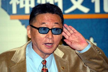 图文:李敖在首都机场记者招待会上回答记者提问