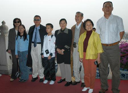 组图:李敖天安门城楼上拍全家福合影
