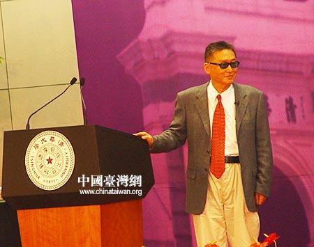 图文:李敖走上清华演讲会主席台