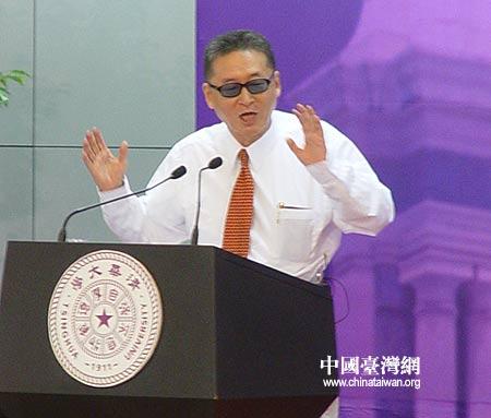 图文:李敖在清华大学发表演讲