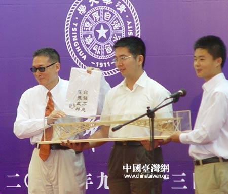 图文:李敖接受清华大学学生赠送的礼物