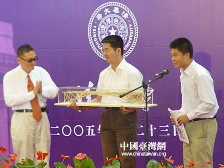 图文:李敖接受清华学生馈赠的模型桥