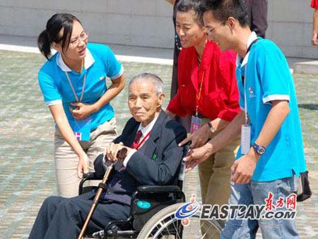 图文:志愿者在为参加庆祝大会的老校友服务