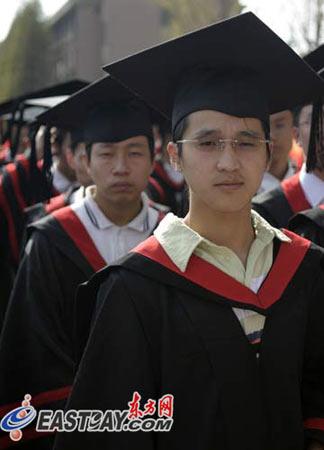 图文:校庆庆祝晚会彩排中的博士帽方队
