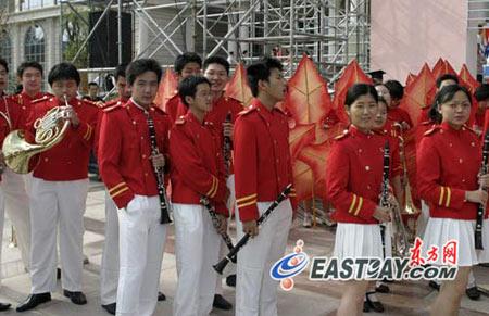 图文:校庆庆祝晚会彩排中的铜管乐队