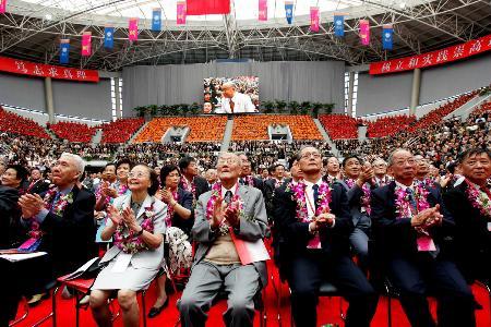 图文:全国人大常委会委员长吴邦国出席会议并讲话