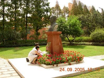 图文:校友给陈望道雕像献花