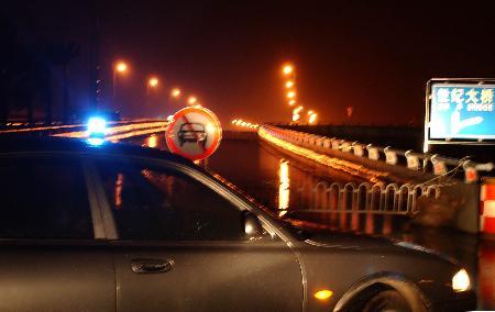 图文:海口世纪大桥因大风而禁止通行