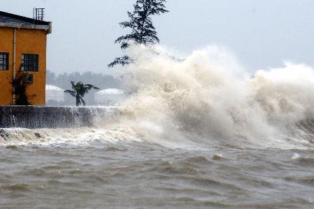 图文:台风卷起的大浪冲击着海口的海堤