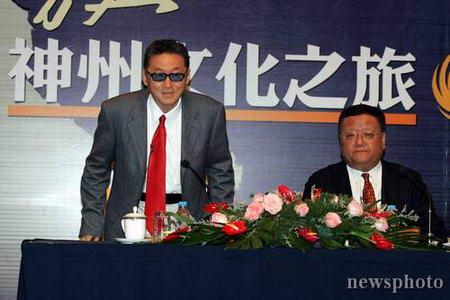 图文:李敖先生在新闻发布会现场向记者致意