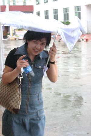 图文:一位游人打起雨伞顶风艰难跋涉