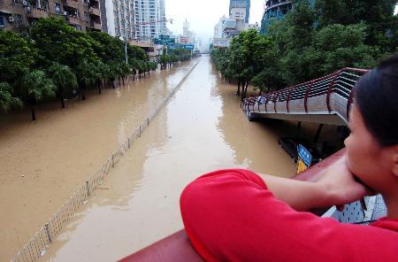 图文:被水淹没的福州市华林路段