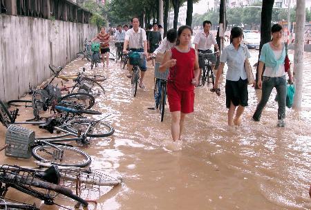 图文:福州市民在积水中前行