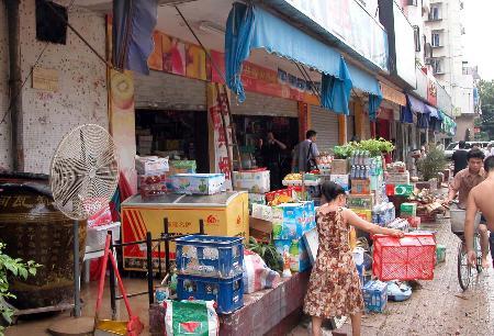 图文:福州市一些商家正在清理水淹的物品