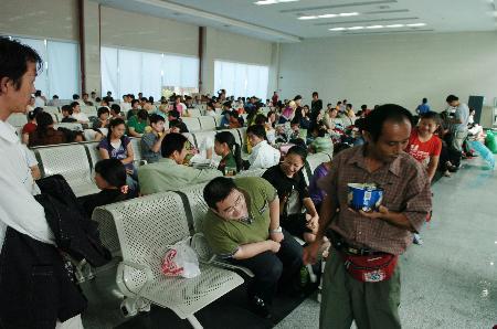 图文:福州火车站内坐满了滞留旅客