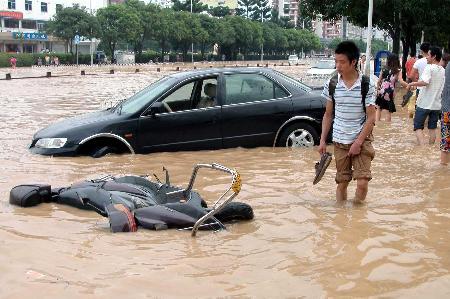 福州遭百年一遇暴雨袭击城区出现严重内涝