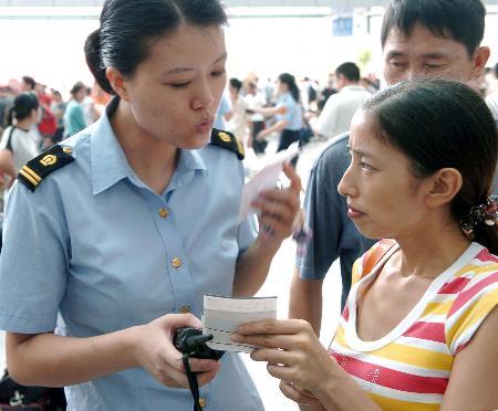 图文:福州火车站秩序逐步恢复