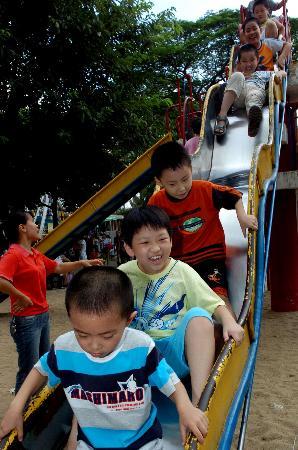 图文:儿童在福州西湖公园开心地游玩
