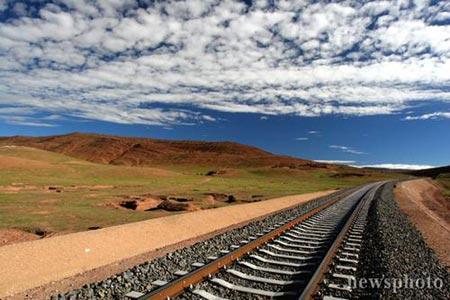 青藏铁路本月全线贯通预计明年7月全线试运行