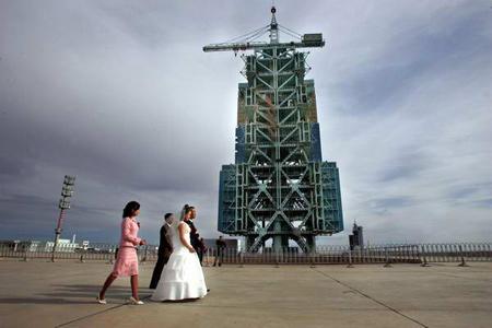 组图:神舟发射架下的婚礼