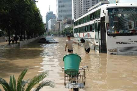 组图:央视东方时空记者目击福州遭遇特大暴雨