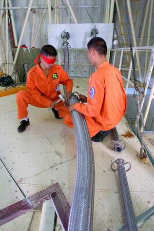 图文:燃料加注人员蒙眼进行加注软管连接训练