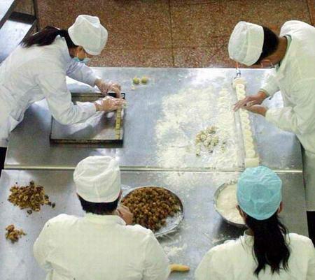 图文:航天食品加工厂正在制作航天月饼