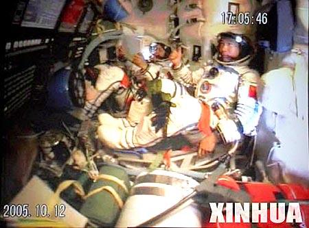 图文:费俊龙已做好穿舱试验的各项准备