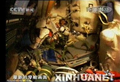 图文:航天员费俊龙正在进入轨道舱