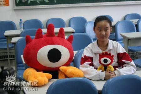 图文:聂天翔在教室里与新浪小浪人合影