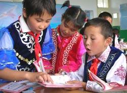 甘肃哈萨克族小学生用上哈文新教材