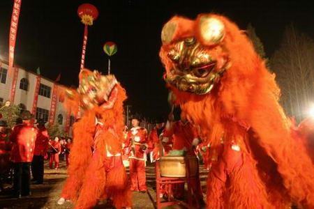 图文:人们舞狮子