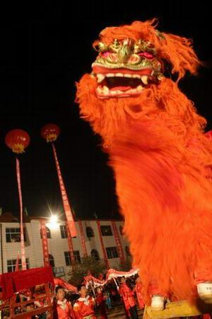 图文:舞狮子庆祝神六着陆