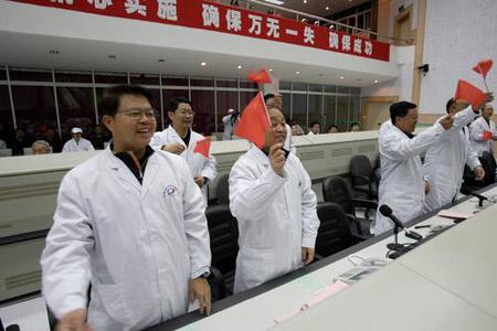 图文:科技人员庆祝神六成功着陆