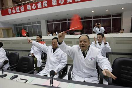 图文:技术人员挥舞国旗庆祝神六回收成功