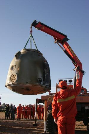 图文:工作人员运送神舟六号返回舱