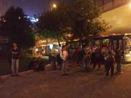 图文:大批媒体记者在医院门外等候