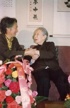 图文:冰心90岁生日时巴金送上90朵玫瑰