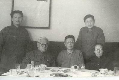 图文:巴金看望老舍夫人胡�e青合影