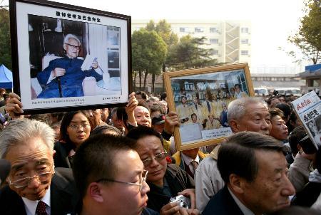 图文:市民手举巴金照片前来送别