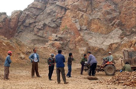 和《风景名胜区管理条例》,2004年6月,上窑森林公园景区所有采矿点