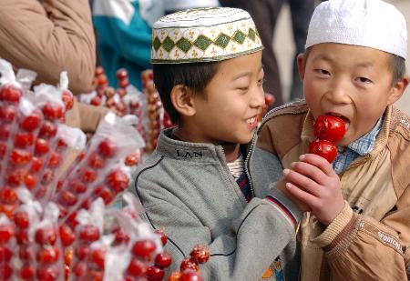 图文:宁夏回族穆斯林欢度开斋节(2)