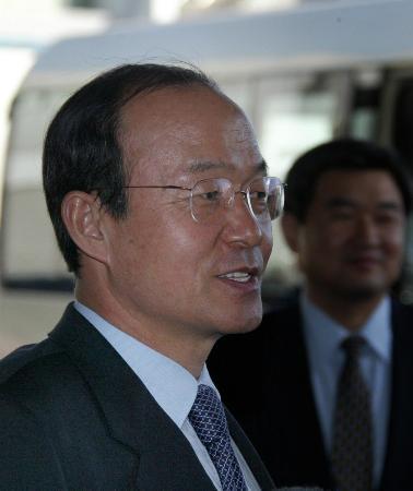 图文:韩国代表团团长宋�F淳抵达北京