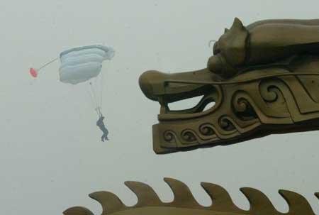 组图:中央电视塔低空跳伞国际公开赛开幕