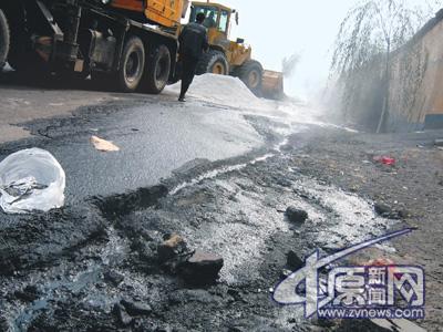 310国道河南段货车被撞硫酸泄漏3人死亡(组图)